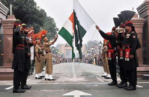 这两个国家在较劲:竟在比升降国旗!
