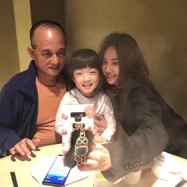蔡依林罕见晒与父亲合照 家人团聚气氛温馨